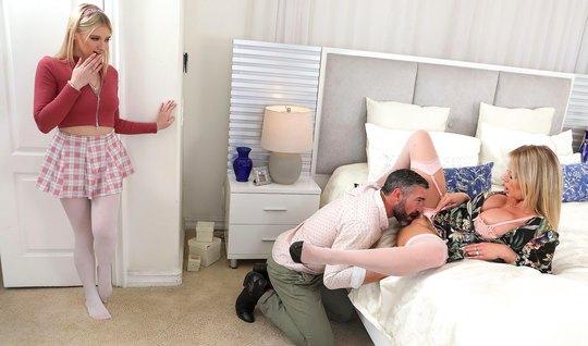 Отчим и мамка соблазнили молодую девушку лесбиянку на групповой секс в спальне