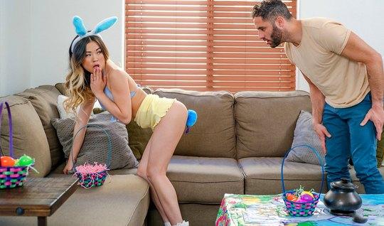 Азиатка с худыми ногами подставляет свою тугую пилотку для секса и удовольствия