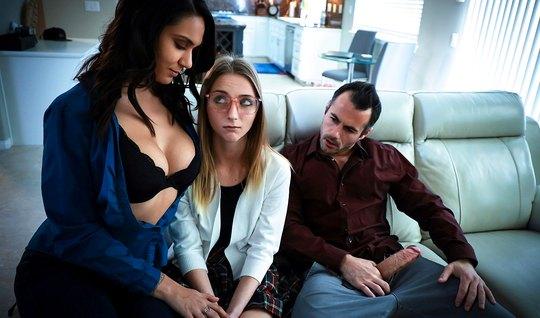 Мамка и ее падчерица подарили мужику реальное групповое порно