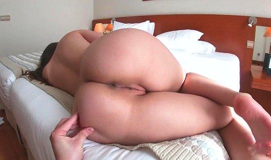 Подружка раздвигает ноги для съемки домашнего порно и оргазма на камеру