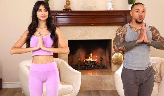 Брюнетка после йоги спустила свои лосины для куни и вагинального секса