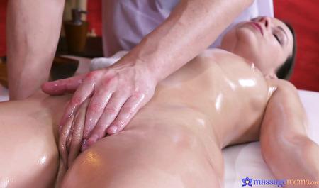 Красивая милфа получает оргазмы во время секса с массажистом