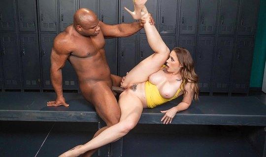 Негр с большим толстым членом жадно трахает партнершу и доводит ее до оргазма