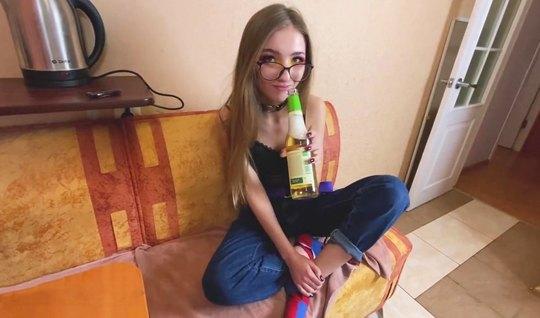 Русская худая девушка в очках занимается сексом на столе и кончает от домашнего порно