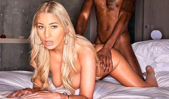 Блондинка с негром занимаются красивым и очень страстным сексом с оргазмом