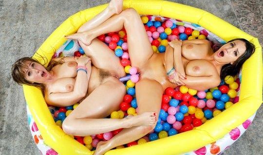 Лесбиянки с мокрыми кисками не отказываются от возможности секса с игрушками