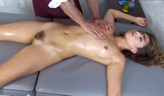 Во время массажа девушка с волосатой киской напрашивается на секс и оргазм