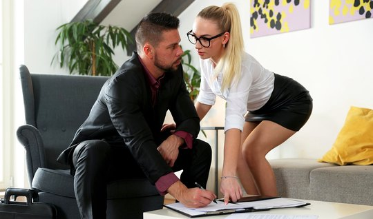Худая блондинка в очках раздвигает ноги для порки с новым знакомым