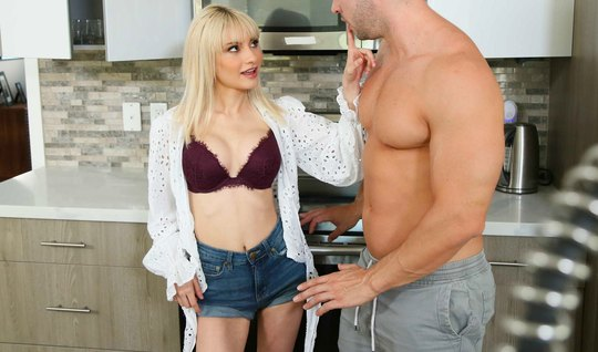 Блондинка разделась до гола и насаживается киской на член сводного брата