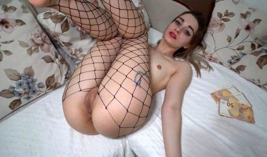 Русская домработница раздвигает ноги в чулках для домашнего порно с парнем