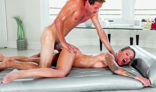 Студентка с большими сиськами во время массажа раздвигает ноги для вагинала