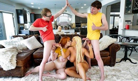Мамка в чулках и ее дочка решили устроить парням групповое порно в гостиной