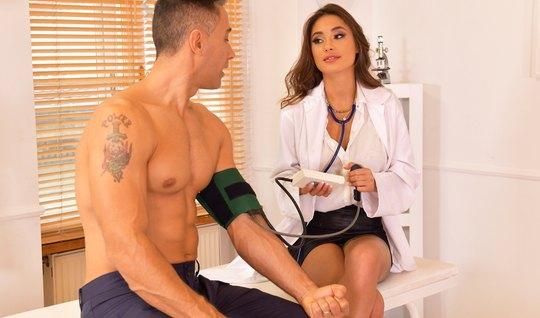 В офисе развратница в форме медсестры занимается сексом и кончает от порки
