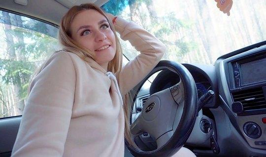 Русская мамка прямо в машине сделала минет и не против секс на природе