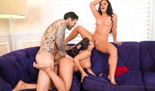 在沙发上的纹身的情人给了两个美女组色情