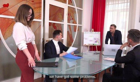 Секретарша из России во время групповухи получает двойное проникновение