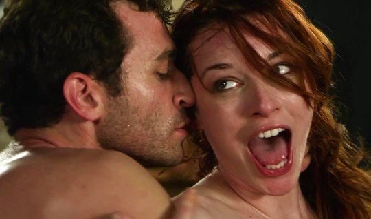红发女孩用多汁的屁股代替深而温柔的肛门