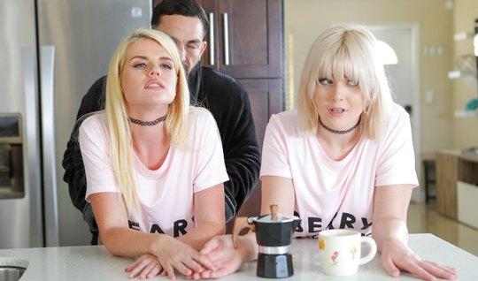Две блондинки на диване устроили бородатому парню групповой трах