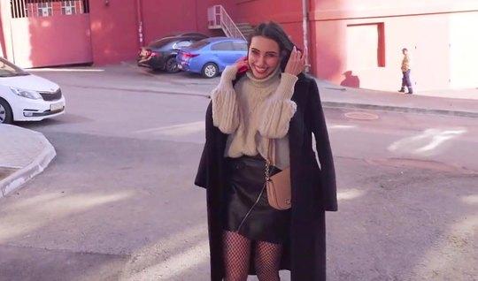 Русская девушка на публике согласилась на пикап и занялась сексом с незнакомцем