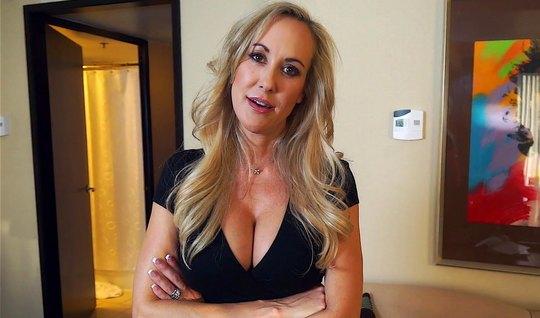 Мамка во время общения с соседом раздвигает ноги для домашнего порно