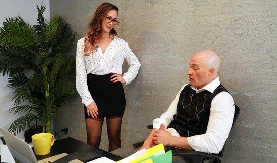 В офисе телка готова заниматься сексом и стоять в разных позах для удовольствия