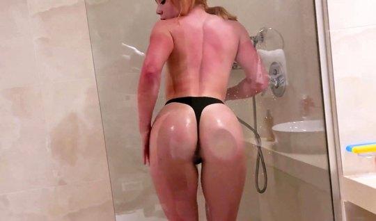 Рыжая девушка прямо в ванной вместе с русским парнем снимают домашнее порно