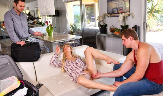 Девица решила изменить и раздвинула ноги перед опытным любовником