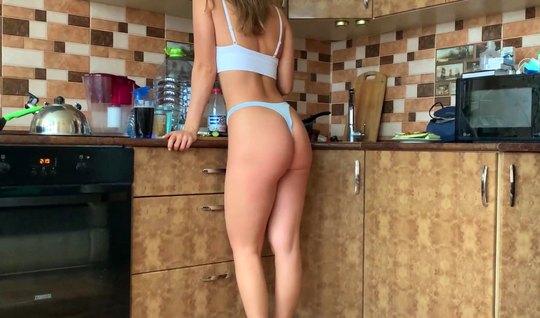 Муж рано утром уговорил свою жену с большой жопой на домашнее порно