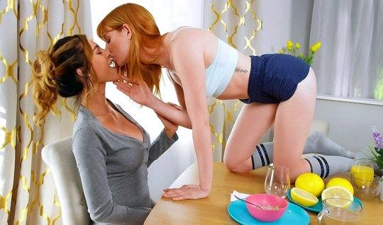 Рыжие лесбиянки устроили друг другу оральные игры с мощным оргазмом