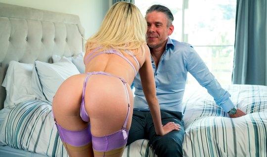 На работе блондинка в чулках получает оргазм и трахается в разных позах