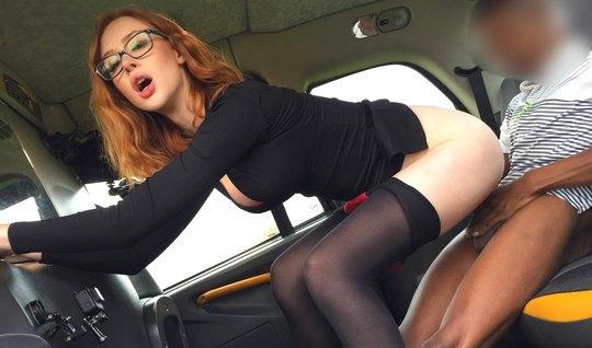 Рыжая давалка в чулках насаживается на член негра прямо в машине