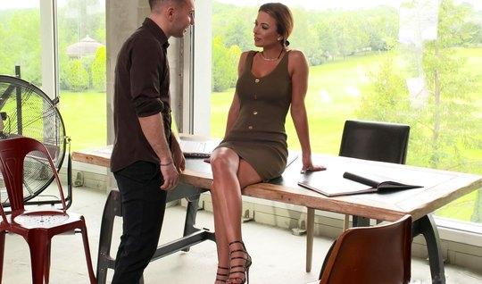 Секретарша с большими сиськами прямо на столе готова трахаться со своим боссом