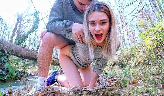 Русская пара на природе решили снять откровенное видео для взрослых