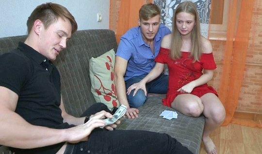 Молодая русская девушка не прочь измениь своему парню с его лучшим другом