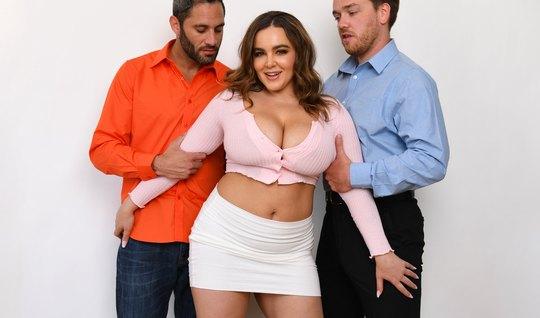 Наталья с большими сиськами не прочь устроить групповое порно с парнями
