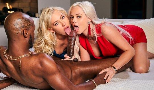 Две блондинки с упругими сиськами не против группового секса с негром