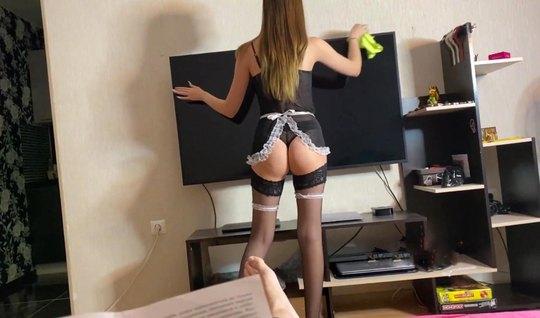 Русская девушка в чулках в униформе горничной занимается домашним порно