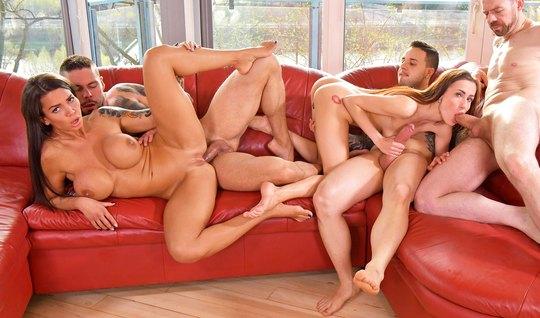 Парочки на красном диване устроили оргию с двойным проникновением