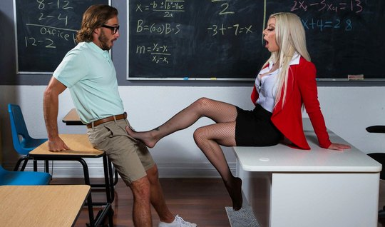 Татуированная мамка в чулках сделала студенту минет и раздвигает ноги в чулках для секса
