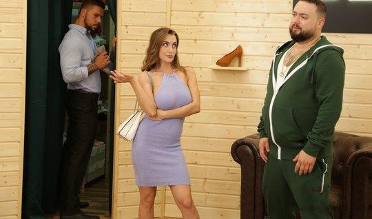 Жена изменяет своему мужу с его другом, который кончил на ее большие сиськи