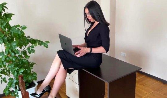 Русская брюнетка секретарша на работе делает боссу минет и прыгает на его хере