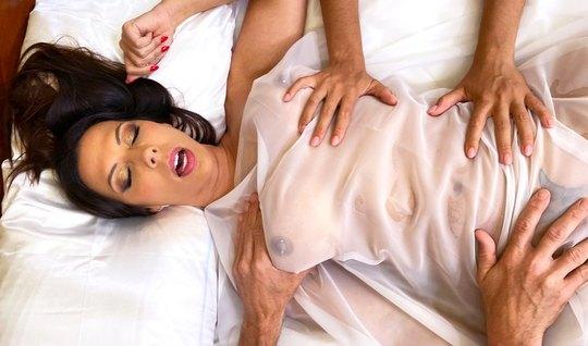 Лысый мужчина и его баба с большими сиськами занимаются любовью в спальне