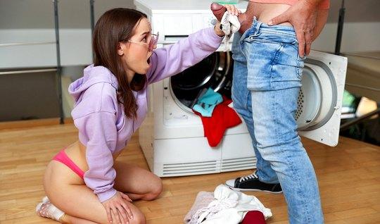 Junges Mädchen genießt nach dem Blowjob Sex mit ihrem Liebhaber