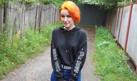 Russisches rothaariges Mädchen nach dem Blowjob lutscht Schwanz und springt auf den Phallus des Jungen