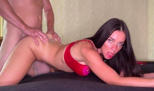 Russische Brünette in Dessous und ihre Freundin machen hausgemachten Porno