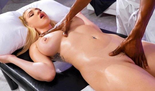 Блондинка с большими сиськами пришла на массаж и раздвигает ноги перед негром