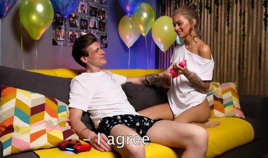 В честь дня рождения русская девушка подставляет попку для домашнего анала