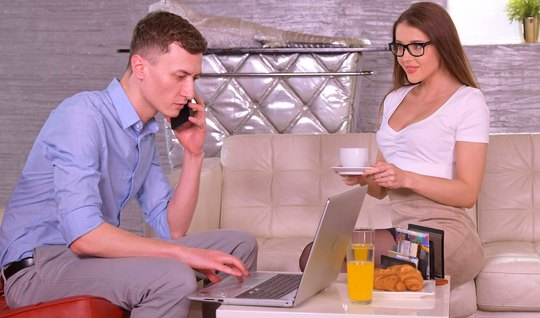 Девушка в очках после глубокого минета наслаждается сексом в офисе со своим начальником