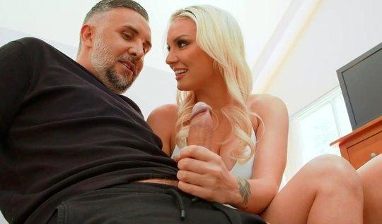 Блондинка с большими сиськами подставляет сочную попку для анала на камеру