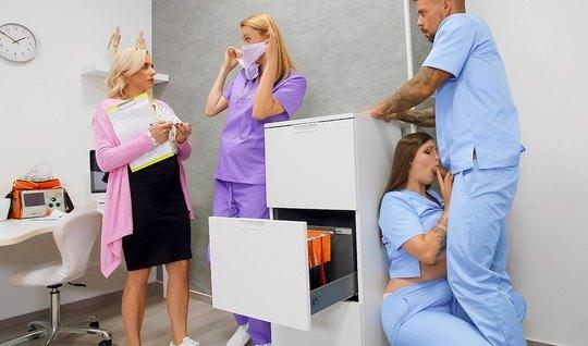 В офисе больницы врач и медсестра занимаются сексом в самых разнообразных позах